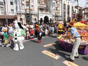 ハロウィンや賑やかなパレードが繰り広げられる